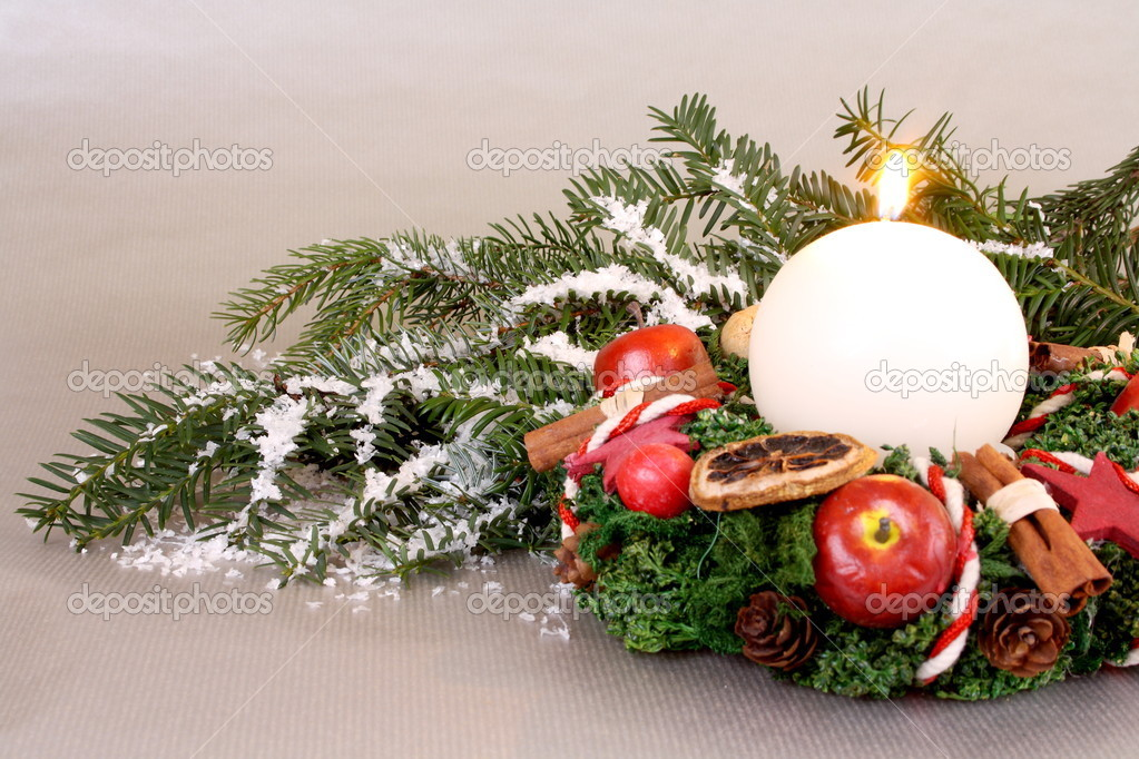 Christmas wreath with candle and Christmas decoration on silver background — Stock Photo #15721051