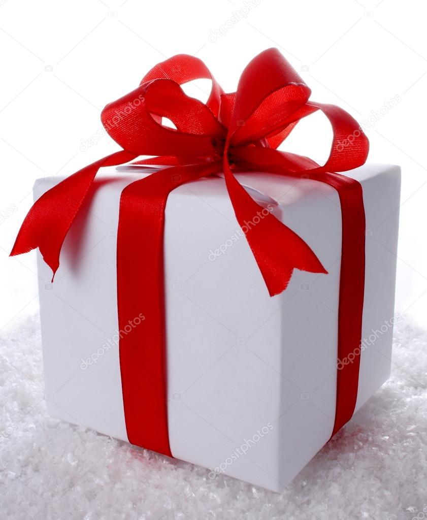 Caja de regalo grande con mo o rojo en la nieve fotos de stock diamant24 15727423 - Lazos grandes para regalos ...