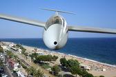 Beyaz motorlu deniz sahil ön uçan — Stok fotoğraf