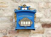 Německé modré schránky na cihlovou zeď — Stock fotografie