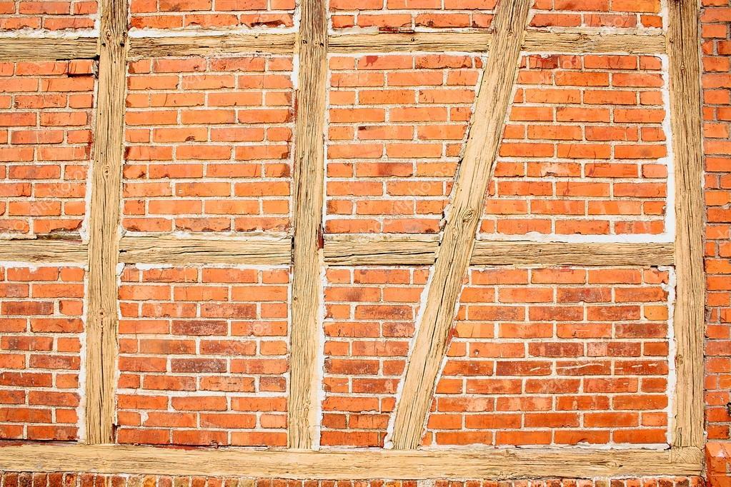 vieux mur de briques rouges avec des poutres en bois comme fond photo 18862853. Black Bedroom Furniture Sets. Home Design Ideas