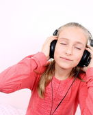 Blond glückliche mädchen hören von musik mit kopfhörer — Stockfoto