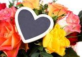 Bloemboeket met hart plaque close-up — Stockfoto