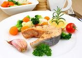 Filete de salmón a la plancha con verduras en placa blanca — Foto de Stock