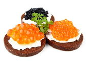 Pumpernickel bread with salmon, trout and sturgeon caviar — Zdjęcie stockowe