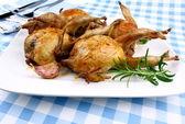 Four fried quail with gravy, garlic, rosemary, closeup — Stock Photo