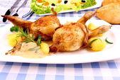 肉汁、ニョッキ、ローズマリー、キャビア添え 2 うずらの目玉焼き — ストック写真
