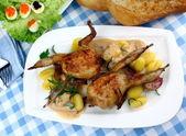 Due quaglie fritte con sugo, gnocchi, rosmarino, insalata di caviale — Foto Stock