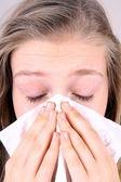 Meisje blaast haar neus met zakdoek, gezondheid concept — Stockfoto