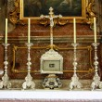 Cruz de prata e quatro velas no mosteiro de andechs — Foto Stock