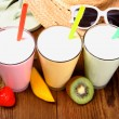 Strawberry, mango, kiwi smoothie and holiday background — Stock Photo