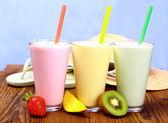 Strawberry, mango and kiwi smoothie with holiday background — Stock Photo