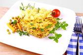 Filete de pollo a la parrilla con fideos, zanahorias, tomate — Foto de Stock