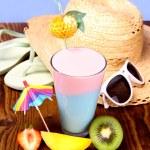 Cocktail, strawberry, mango and kiwi, with holiday background — Stock Photo