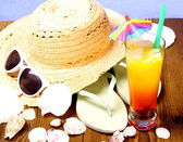 Red-yellow cocktail with summer hat, sunglasses — Stockfoto