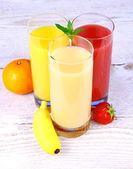 Bananes, oranges et le jus de fraise en verre — Photo