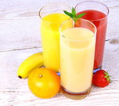 Bananas, strawberry and oranges juice in glass — Stock Photo