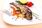 Stekt röding med grönsaker och split mandel — Stockfoto