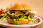 Ochsen Semmel - Grilled beef with onion rings in bun — 图库照片