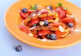 Dvě palačinky, srdce, jahody, borůvky almod — Stock fotografie