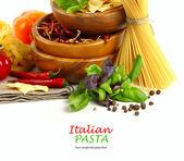 Włoski makaron z warzywami w drewniane płyty — Zdjęcie stockowe