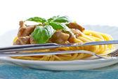 Pasta spaghetti mit schweinefleisch und basilikum — Stockfoto
