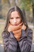 Portrait en plein air belle jeune femme — Photo