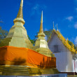 Golden stupa with blue sky at Pra Tad Doi Tung temple, Northern  — Stockfoto