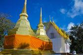 Estupa dorada con cielo azul en pra tad doi templo tung, norte — Foto de Stock