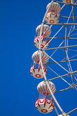摩天轮与蓝蓝的天空. — 图库照片