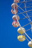 Reuzenrad met blauwe hemel. — Stockfoto