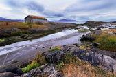 Bir nehri yakınında eski ev — Stok fotoğraf
