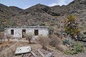Pusty biały opuszczony budynek na pustyni — Zdjęcie stockowe