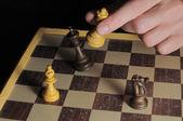 Une main masculine gauche jouant aux échecs — Photo