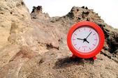 Orologio rosso vicino all'oceano — Foto Stock