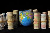 Planeta terra e dinheiro enrolado — Fotografia Stock