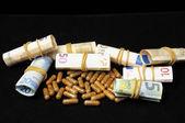 Pillen und geld — Stockfoto
