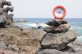 红色时钟附近海洋 — 图库照片