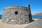 серый бункер на синее небо — Стоковое фото