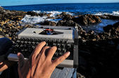 黒と白のビンテージ旅行タイプライター — ストック写真