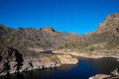 река с темной черной водой — Стоковое фото