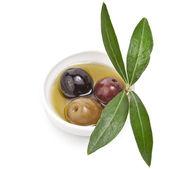 Aceitunas en vinagre mezclados con aceite de oliva en un recipiente — Foto de Stock