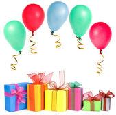 Kleurrijke geschenkdozen met gekleurde ballen, card, geïsoleerde op witte achtergrond — Stockfoto