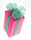Pink gift box with green ribbon bow isolated — Stock Photo