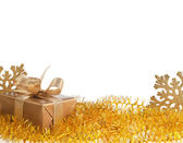 Scatola di natale regalo d'oro su sfondo bianco — Foto Stock