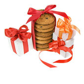 Presente scatola e biscotti con fiocco rosso isolato — Foto Stock