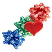 цветные бантики и красные сердца изолированные — Стоковое фото