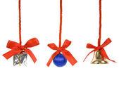 Kerstmis klatergoud met rode bogen op witte achtergrond — Stockfoto
