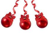 Rode kerstballen met rood lint strik op wit — Stockfoto