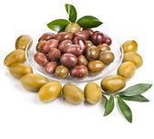 Inlagda oliver med olivolja i en skål på en vit bakgrund — Stockfoto